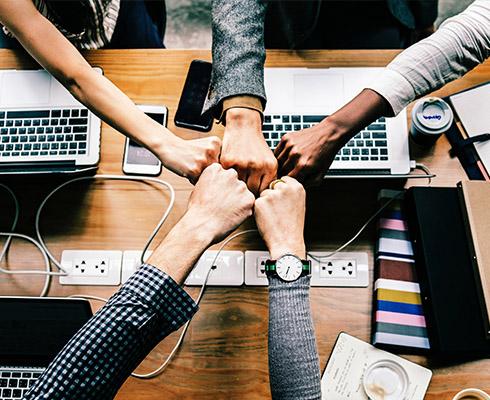 Ludzie krzyżują ręce przy komputerach